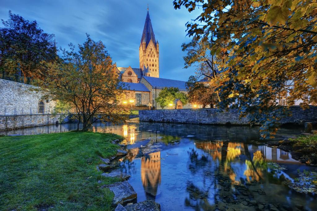 Paderborner Dom bei Nacht